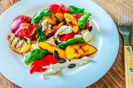 blog dietetyczny_caprese z grillowaną brzoskwinią