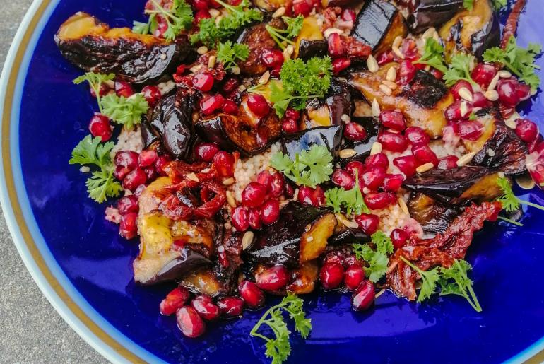 kuskus z bakłażanem granatem i harissą_blog dietetyczny